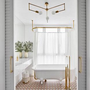 Foto de cuarto de baño principal, tradicional renovado, con bañera con patas, paredes blancas, suelo con mosaicos de baldosas, lavabo integrado y suelo multicolor