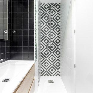 Ejemplo de cuarto de baño con ducha, escandinavo, pequeño, con puertas de armario de madera clara, baldosas y/o azulejos blancas y negros, lavabo integrado, suelo negro, encimeras blancas, armarios con paneles lisos, ducha empotrada y ducha con cortina