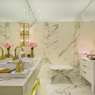 Modelo de cuarto de baño tradicional con armarios tipo mueble, puertas de armario blancas, baldosas y/o azulejos blancos, baldosas y/o azulejos de mármol, paredes blancas, suelo de mármol y suelo blanco