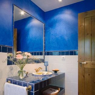 Esempio di una stanza da bagno stile marino di medie dimensioni con lavabo da incasso, nessun'anta, ante blu, top piastrellato, piastrelle blu, pareti blu, piastrelle in ceramica e top blu