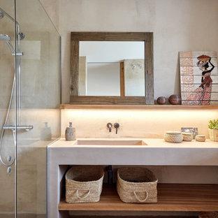 Ejemplo de cuarto de baño mediterráneo, de tamaño medio, con armarios abiertos, puertas de armario blancas, baldosas y/o azulejos beige, baldosas y/o azulejos de cemento, suelo de cemento, suelo gris y encimeras blancas