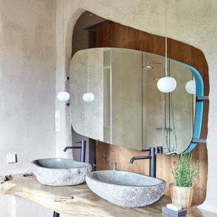 Idées déco pour une salle de bain méditerranéenne de taille moyenne avec un placard sans porte, des portes de placard en bois clair, une douche ouverte, un carrelage beige, un mur beige, une vasque, un plan de toilette en bois, un sol gris et un plan de toilette beige.