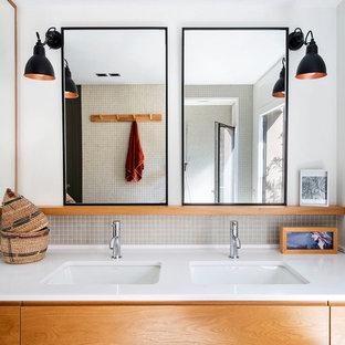 На фото: с высоким бюджетом большие главные ванные комнаты в современном стиле с фасадами островного типа, фасадами цвета дерева среднего тона, двойным душем, унитазом-моноблоком, зеленой плиткой, керамической плиткой, зелеными стенами, накладной раковиной, столешницей из искусственного кварца, зеленым полом, открытым душем и белой столешницей