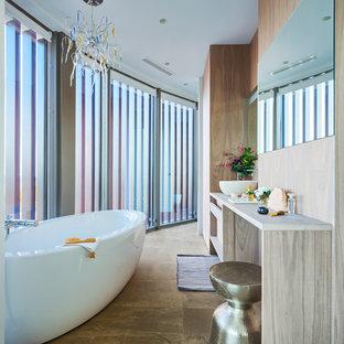 Foto de cuarto de baño principal, ecléctico, de tamaño medio, con armarios con paneles lisos, puertas de armario de madera oscura, bañera exenta, combinación de ducha y bañera y lavabo sobreencimera