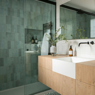 Mid-sized scandinavian 3/4 bathroom in Barcelona with flat-panel cabinets, light wood cabinets, an alcove shower, green tile, wood benchtops, multi-coloured floor and a sliding shower screen.