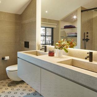 Ejemplo de cuarto de baño doble, contemporáneo, con armarios con paneles lisos, puertas de armario beige, lavabo integrado, suelo multicolor, encimeras beige, baldosas y/o azulejos beige y paredes beige