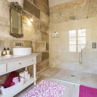 Mittelgroßes Shabby-Look Duschbad mit verzierten Schränken, weißen Schränken, bodengleicher Dusche, beiger Wandfarbe, Aufsatzwaschbecken und Waschtisch aus Holz in Sonstige