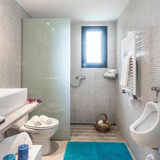 На фото: со средним бюджетом ванные комнаты среднего размера в средиземноморском стиле с белыми фасадами, душем без бортиков, писсуаром, душевой кабиной, настольной раковиной, мраморной столешницей, белыми стенами, открытыми фасадами и открытым душем