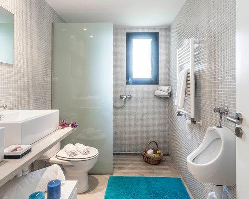 Mittelgroßes Mediterranes Duschbad Mit Weißen Schränken, Bodengleicher  Dusche, Urinal, Aufsatzwaschbecken, Marmor