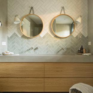 Idéer för mellanstora medelhavsstil grått en-suite badrum, med keramikplattor, ljust trägolv, släta luckor, skåp i ljust trä, grå kakel, flerfärgad kakel, vit kakel, grå väggar, ett avlångt handfat och beiget golv