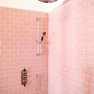 Ispirazione per una stanza da bagno mediterranea con piastrelle rosa e piastrelle diamantate