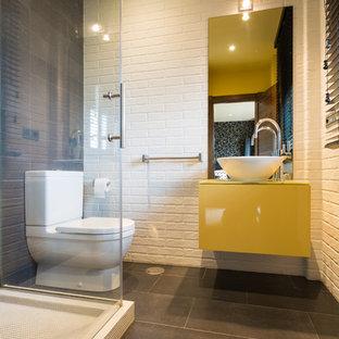 Idee per una stanza da bagno con doccia moderna di medie dimensioni con ante lisce, ante gialle, doccia ad angolo, WC a due pezzi, pareti multicolore, pavimento con piastrelle in ceramica e lavabo a bacinella