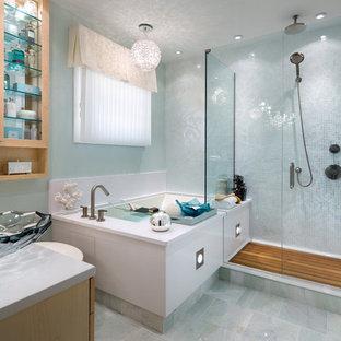 Diseño de cuarto de baño contemporáneo, de tamaño medio, con paredes azules, armarios con paneles lisos, puertas de armario de madera oscura, lavabo sobreencimera y ducha con puerta con bisagras