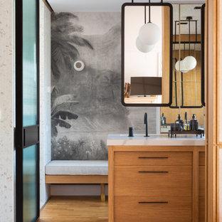 Diseño de cuarto de baño principal, único, a medida y papel pintado, contemporáneo, grande, papel pintado, con paredes multicolor, suelo de madera en tonos medios, lavabo bajoencimera, encimera de mármol, encimeras blancas, papel pintado, armarios con paneles lisos, puertas de armario de madera oscura y suelo marrón