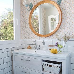 Идея дизайна: ванная комната в скандинавском стиле с плоскими фасадами, белыми фасадами, оранжевой плиткой, белой плиткой, монолитной раковиной и белыми стенами