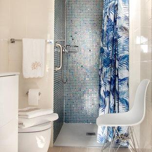 Diseño de cuarto de baño con ducha, minimalista, pequeño, con armarios con paneles lisos, puertas de armario blancas, ducha a ras de suelo, sanitario de una pieza, baldosas y/o azulejos beige, baldosas y/o azulejos de cerámica, paredes beige, suelo de baldosas de cerámica, lavabo encastrado, suelo beige y ducha con cortina