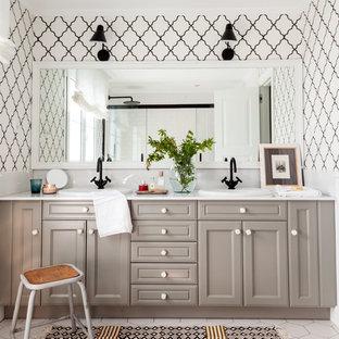 Ejemplo de cuarto de baño clásico renovado con armarios con rebordes decorativos, puertas de armario grises, paredes blancas, lavabo encastrado, suelo blanco y encimeras blancas