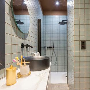 Ejemplo de cuarto de baño infantil, contemporáneo, pequeño, con baldosas y/o azulejos azules, baldosas y/o azulejos de cerámica, lavabo sobreencimera, encimera de mármol, ducha empotrada, ducha con puerta con bisagras, paredes azules y encimeras blancas