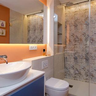 Ispirazione per una stanza da bagno minimal di medie dimensioni con consolle stile comò, ante blu, doccia a filo pavimento, WC monopezzo, piastrelle in ceramica, pareti arancioni, pavimento con piastrelle in ceramica, lavabo a bacinella e doccia aperta