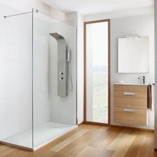 Imagen de cuarto de baño principal, contemporáneo, con armarios con paneles lisos, puertas de armario beige, ducha esquinera, baldosas y/o azulejos blancos, paredes blancas, suelo de madera en tonos medios, lavabo suspendido, suelo marrón, ducha abierta y encimeras blancas