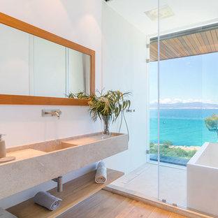 Imagen de cuarto de baño principal, contemporáneo, sin sin inodoro, con armarios abiertos, puertas de armario beige, paredes blancas, suelo de madera clara, lavabo integrado, suelo beige, ducha con puerta corredera y encimeras beige