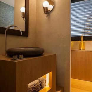 Ejemplo de cuarto de baño actual con puertas de armario de madera oscura, paredes grises, suelo de madera en tonos medios, lavabo sobreencimera, encimera de madera, suelo marrón y encimeras marrones