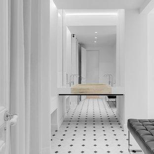 Diseño de cuarto de baño minimalista, de tamaño medio, con paredes blancas, lavabo de seno grande y suelo multicolor