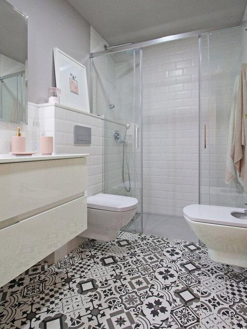Fotos de ba os dise os de ba os con paredes grises for Banos con azulejos grises