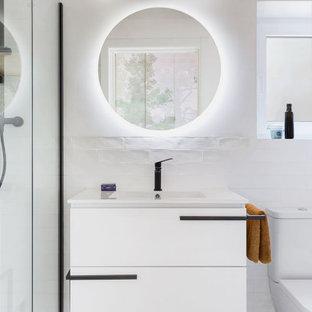 Cette photo montre une petit salle d'eau scandinave avec un placard en trompe-l'oeil, des portes de placard blanches, une douche à l'italienne, un WC à poser, un carrelage blanc, des carreaux de céramique, un mur blanc, un sol en carrelage de céramique, un lavabo intégré, un plan de toilette en quartz modifié, un sol bleu, une cabine de douche à porte battante, un plan de toilette blanc, meuble-lavabo encastré et un plafond en bois.
