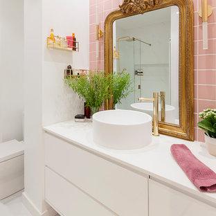 Foto di una stanza da bagno padronale minimal di medie dimensioni con consolle stile comò, ante bianche, doccia a filo pavimento, piastrelle rosa, piastrelle in ceramica, pareti bianche, pavimento in marmo, lavabo a bacinella, pavimento bianco, porta doccia scorrevole e top bianco