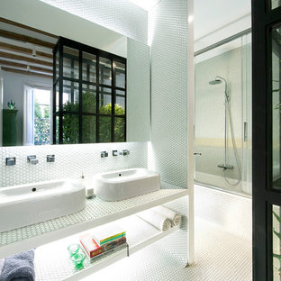 Imagen de cuarto de baño principal, contemporáneo, de tamaño medio, con baldosas y/o azulejos blancos, baldosas y/o azulejos en mosaico, suelo con mosaicos de baldosas y suelo blanco