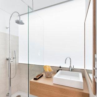 Imagen de cuarto de baño con ducha, actual, de tamaño medio, con puertas de armario de madera clara, ducha abierta, baldosas y/o azulejos blancos, baldosas y/o azulejos de vidrio laminado, paredes blancas, suelo de cemento, encimera de madera, ducha abierta y encimeras marrones