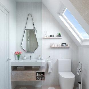 На фото: маленькая ванная комната в стиле модернизм с фасадами островного типа, белыми фасадами, душем без бортиков, писсуаром, белой плиткой, керамической плиткой, полом из керамической плитки, душевой кабиной, монолитной раковиной, бежевым полом, открытым душем и белой столешницей с
