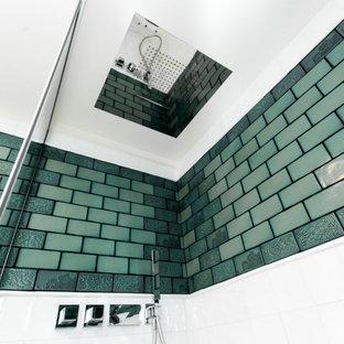 Идея дизайна: маленькая ванная комната в стиле лофт с зелеными фасадами, душем без бортиков, инсталляцией, зеленой плиткой, консольной раковиной, белым полом, открытым душем, унитазом, тумбой под одну раковину и напольной тумбой