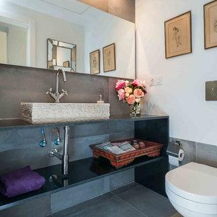 Cette image montre une salle de bain design de taille moyenne avec un placard à porte plane, des portes de placard en bois sombre, une baignoire encastrée, un combiné douche/baignoire, un WC séparé, un carrelage beige, des carreaux de miroir, un mur beige, un sol en bois foncé, un lavabo encastré et un plan de toilette en quartz modifié.
