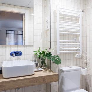 Ejemplo de cuarto de baño con ducha, contemporáneo, pequeño, con armarios abiertos, puertas de armario de madera oscura, sanitario de una pieza, baldosas y/o azulejos blancos, baldosas y/o azulejos beige, baldosas y/o azulejos de cerámica, lavabo sobreencimera, encimera de madera, paredes multicolor y encimeras beige