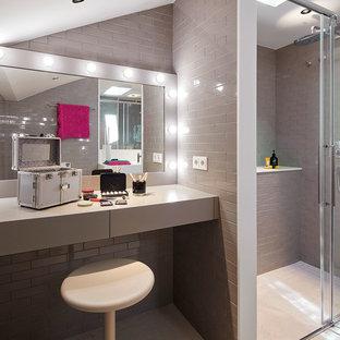 Ejemplo de cuarto de baño actual con ducha a ras de suelo, baldosas y/o azulejos grises, paredes grises, suelo blanco, ducha con puerta corredera y encimeras grises