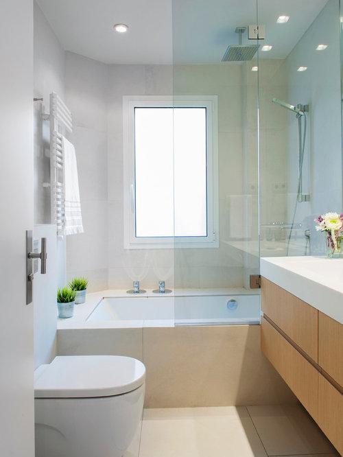 salle de bain avec un lavabo int gr et un combin douche baignoire photos et id es d co de. Black Bedroom Furniture Sets. Home Design Ideas