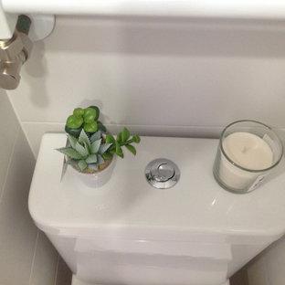 Diseño de cuarto de baño actual, sin sin inodoro, con sanitario de una pieza, baldosas y/o azulejos blancos, baldosas y/o azulejos de terracota, paredes blancas, suelo de baldosas de porcelana, lavabo suspendido y suelo beige