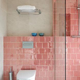 Ejemplo de cuarto de baño con ducha, bohemio, con ducha a ras de suelo, sanitario de pared, baldosas y/o azulejos rosa, baldosas y/o azulejos de cerámica, paredes beige, suelo beige y ducha abierta