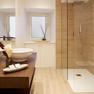 Modelo de cuarto de baño con ducha, contemporáneo, de tamaño medio, con armarios abiertos, puertas de armario de madera en tonos medios, ducha esquinera, encimera de madera, ducha abierta y encimeras marrones