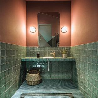 Ispirazione per una stanza da bagno padronale tropicale di medie dimensioni con nessun'anta, ante verdi, piastrelle verdi, piastrelle a mosaico, pareti arancioni, pavimento con piastrelle a mosaico, top piastrellato, pavimento verde e top verde