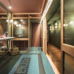 Immagine di una stanza da bagno padronale tropicale di medie dimensioni con nessun'anta, ante verdi, piastrelle verdi, piastrelle a mosaico, pareti arancioni, pavimento con piastrelle a mosaico, top piastrellato, pavimento verde e top verde