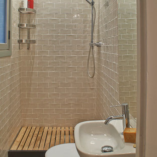 Example of a mid-sized tuscan 3/4 doorless shower design in Barcelona with a two-piece toilet, white walls and a wall-mount sink