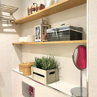 Неиссякаемый источник вдохновения для домашнего уюта: главная ванная комната среднего размера в современном стиле с плоскими фасадами, белыми фасадами, душем без бортиков, унитазом-моноблоком, бежевой плиткой, керамической плиткой, бежевыми стенами, полом из плитки под дерево, монолитной раковиной, серым полом и душем с раздвижными дверями