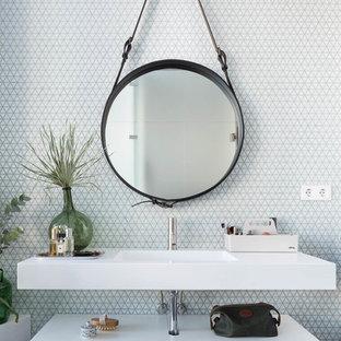 Ejemplo de cuarto de baño contemporáneo con armarios abiertos, baldosas y/o azulejos blancos, baldosas y/o azulejos de cerámica, paredes blancas, lavabo integrado y encimeras blancas