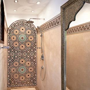 Immagine di una stanza da bagno con doccia tropicale di medie dimensioni con piastrelle multicolore, pareti bianche e doccia a filo pavimento