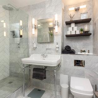Modelo de cuarto de baño clásico renovado con armarios abiertos, sanitario de una pieza, baldosas y/o azulejos grises y lavabo con pedestal