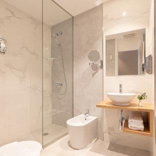 Imagen de cuarto de baño con ducha, actual, extra grande, con armarios abiertos, puertas de armario de madera oscura, ducha a ras de suelo, bidé, baldosas y/o azulejos blancos, paredes blancas, lavabo sobreencimera, encimera de madera, suelo blanco, ducha abierta y encimeras marrones