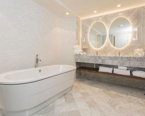 ejemplo de cuarto de bao principal actual de tamao medio con armarios abiertos - Encimera De Marmol